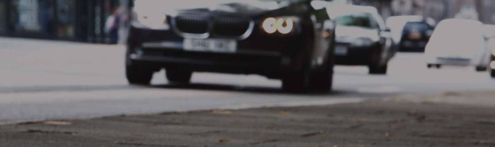 coches circulando en la calle