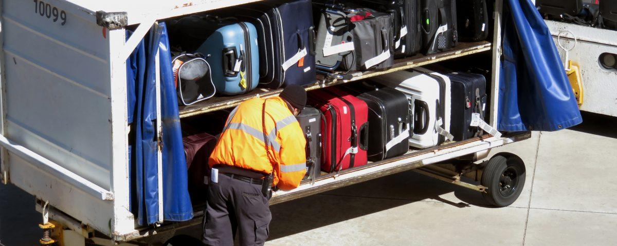 colocación de equipaje en pista de aterrizaje