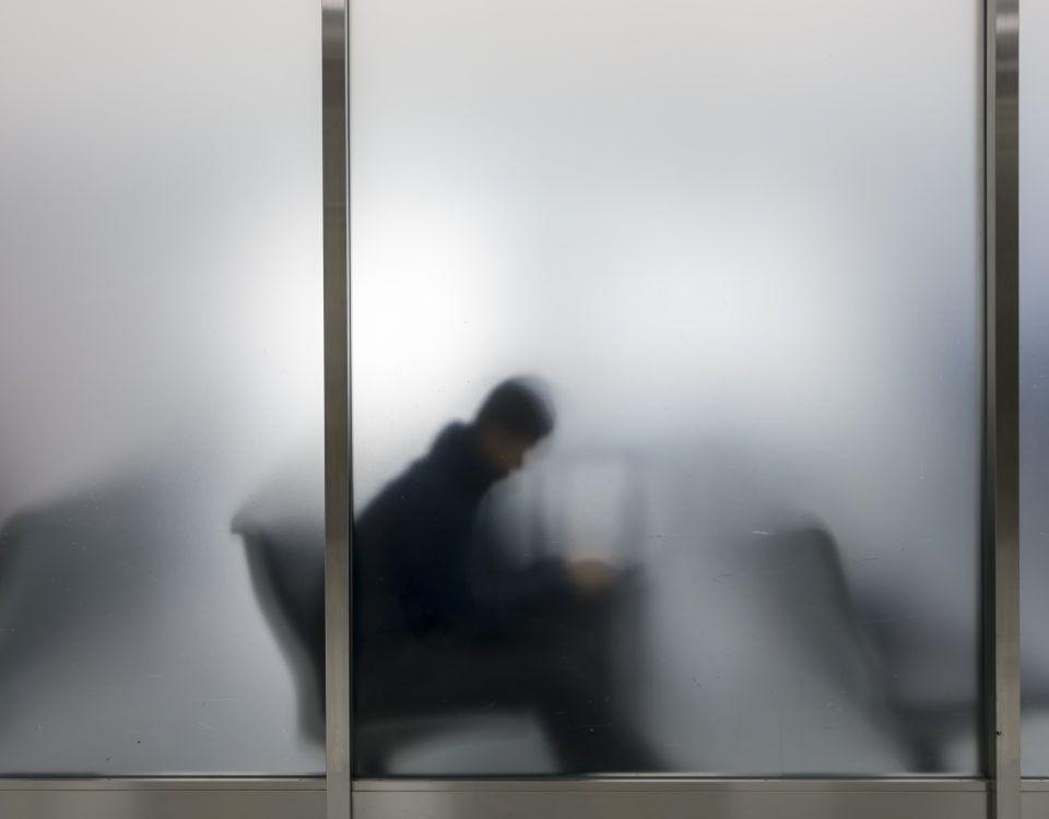 hombre esperando en el aeropuerto