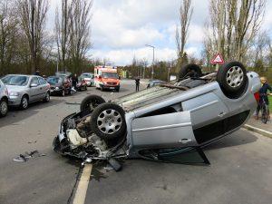 coche volcado en accidente de tráfico